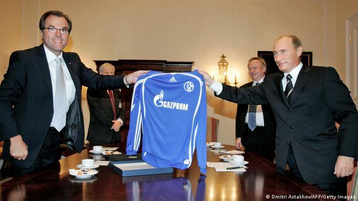 Clemens Toennies (šef Nadzornog odbora u Schalkeu) s ruskim predsjednikom Vladimirom Putinom, zajedno drže dres s logotipom Gazproma
