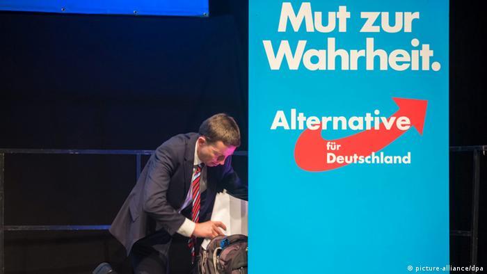 AfD-Parteichef Lucke mit Palakat Mut zur Wahrheit Foto: picture-alliance/dpa