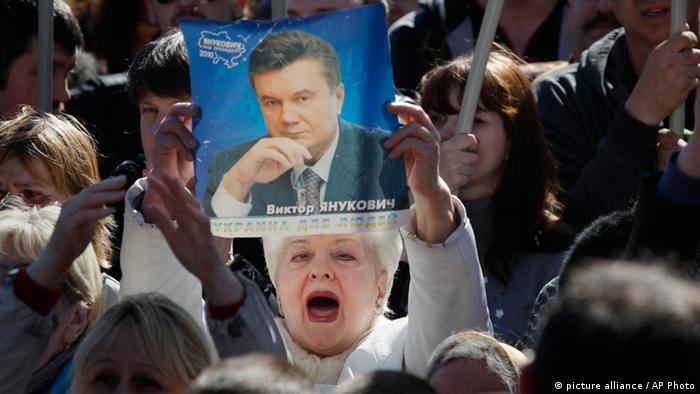 Der gestürzte präsident viktor janukowitsch bleibt der held der