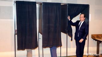 Francois Hollande voting