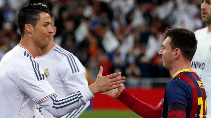 Classico Ronaldo Messi Real Madrid vs Barcelona - Real Madrid's Cristiano Ronaldo (L) shakes hands with Barcelona's Lionel Messi before La Liga's second 'classic' soccer match of the season at Santiago Bernabeu stadium in Madrid March 23, 2014. REUTERS/Stringer (SPAIN - Tags: SPORT SOCCER)