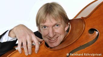 Porträt des Musikers Reinhard Röhrs mit Kontrabass; (Foto: Reinhard Röhrs)