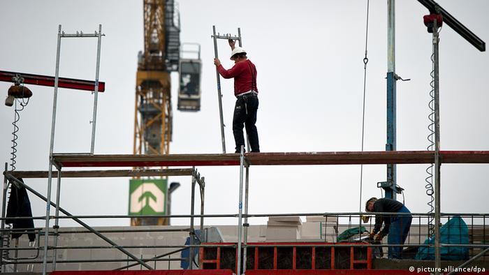 Deutschland Bauarbeiter auf Baustelle in Berlin