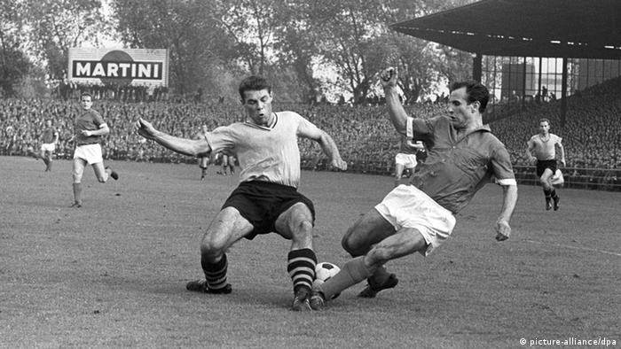 Escena del primer partido entre Schalke y Dortmund en la Bundesliga, en 1963