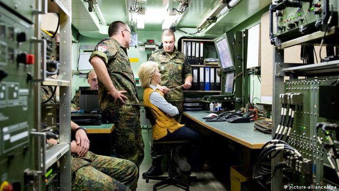 Ursula von der Leyen, ministra alemana de Defensa, visita a las tropas germanas en la ciudad truca de Kahramanmara.