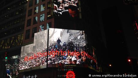Ein Bild aus Yarmouk auf einer Werbetafel am Times Square in New York