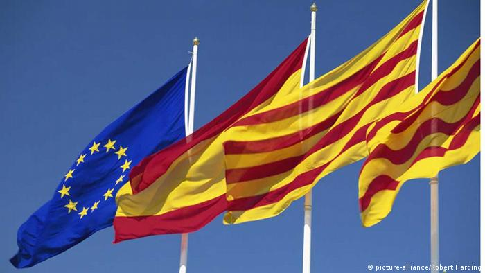 EU, Spanish and Catalan flags (picture-alliance/Robert Harding)