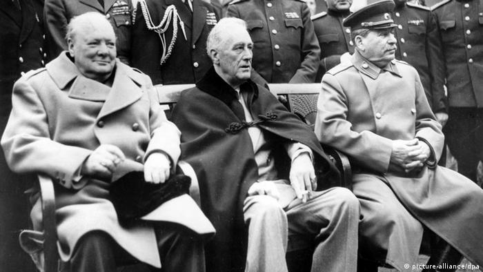 Слева направо: Уинстон Черчилль (Великобритания), Франклин Рузвельт (США) и Иосиф Сталин (СССР)