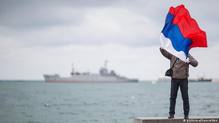 Человек с российским флагом