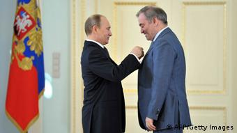 Valery Gergiev erhält den Staatsorden Held der Arbeit von Vladimir Putin. (Photo: ALEXEI NIKOLSKY/AFP/Getty Images)