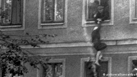 Mauerspringer Berliner Mauer: Flucht aus Ost-Berlin (picture-alliance/dpa)