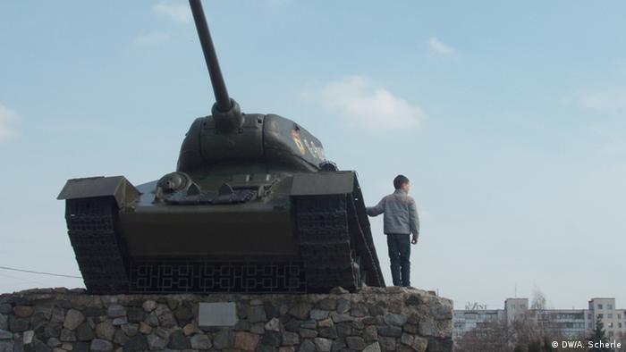 Хлопчик заліз на пам'ятник-танк