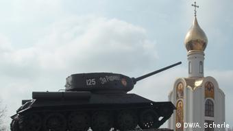Старый советский танк-памятник в столице Приднестровья Тирасполе
