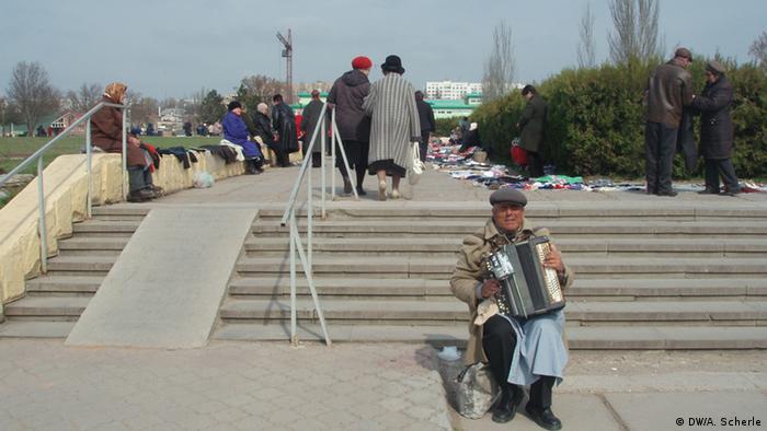 Повсякдення у Тирасполі: сліпий музикант на стихійному ринку