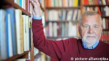 Der Philosoph Rüdiger Safranski posiert am Donnerstag (29.03.2012) in Badenweiler (Landkreis Breisgau-Hochschwarzwald) für den Fotografen. Safranski wünscht sich eine Nachfolgesendung für die aus dem Programm genommene ZDF-Reihe _Philosophisches Quartett_. Foto: Patrick Seeger dpa/lsw