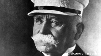 Foto histórica do conde Zeppelin, com bigode branco