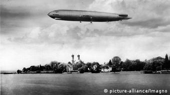 Dirigível LZ127 Graf Zeppelin sobre a cidade de Friedrichshafen