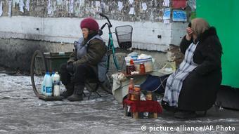 Ukraine Verkäuferinnen in der Stadt Ukrainsk Ostukraine Archiv 2013