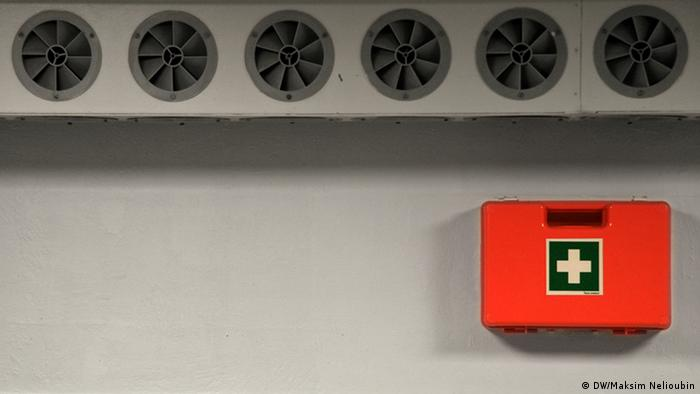 Вентиляционные отверстия и аптечка для неотложной первой помощи