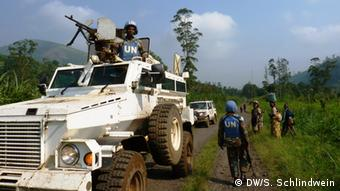 UN Blauhelme kontrollieren Straße nach Kalembe (DW/S. Schlindwein)