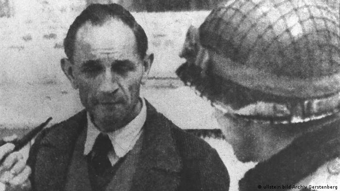 Martin Niemöller Theologe bei seiner Befreiung 1945 (ullstein bild-Archiv Gerstenberg)
