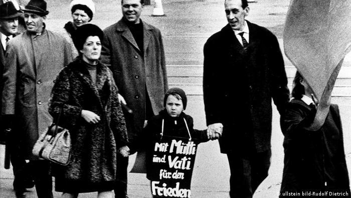 Familie beim Ostermarsch in München 1970