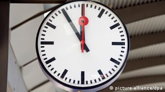 Часы по казывают без пяти минут двенадцать