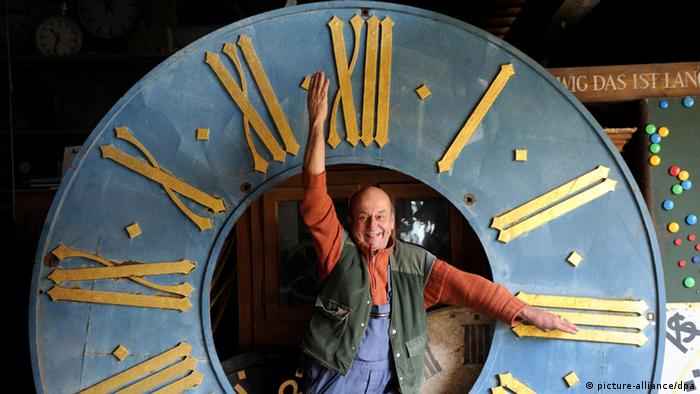 A man in front of a huge clock (Uli Deck/dpa +++(c) dpa - Bildfunk+++)