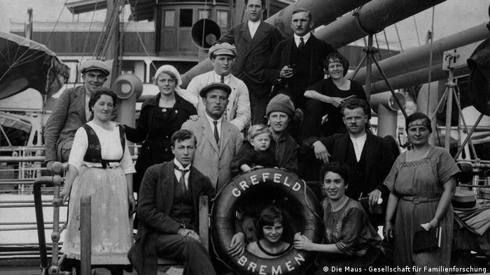 Inmigrantes alemanes llegan a Uruguay, Brasil y Argentina con el buque Crefeld.