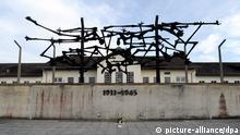 Skulptur über der Außenmauer der KZ-Gedenkstätte Dachau