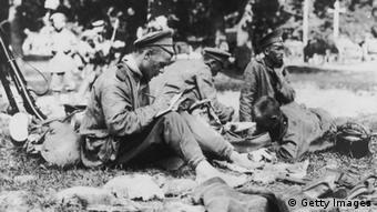 Русский солдат пишет письмо домой, 1915 год