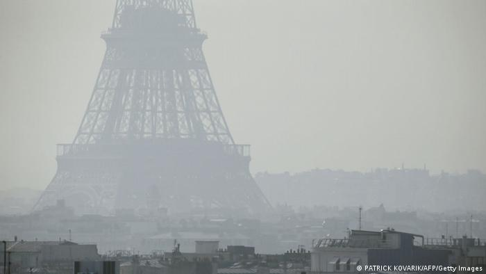 The Eiffel Tower in heavy smog (AFP PHOTO / PATRICK KOVARIK)