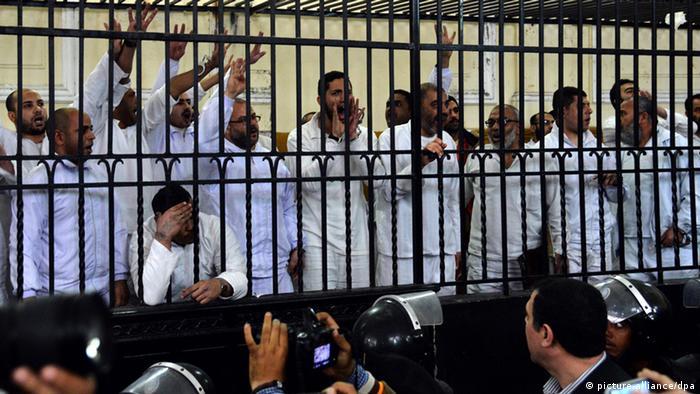 صورة رمزية لمحاكمات لأنصار الرئيس المصري السابق محمد مرسي