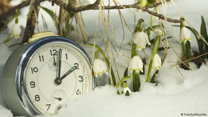 Ein Wecker steht im Schnee (Fotolia/diesidie)