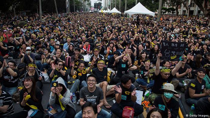 数十万台湾民众周日上街反服贸