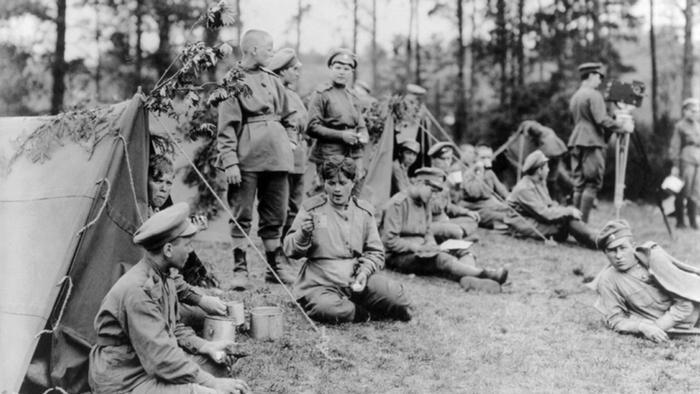 Представительницы женского батальона на привале, 1918 год