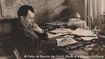 اریش ازر پشت میز کارش در سال ۱۹۴۲