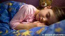 Deutschland Schlafendes Kind mit Teddybär