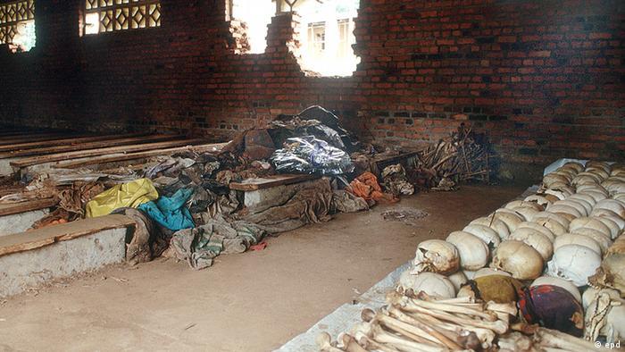 Die Kirche in Ntarama in Ruanda ist heute eine Gedenkstätte. In der Kirche, nicht weit von Kigali entfernt, sind Totenköpfe und Menschenknochen fein säuberlich aufgereiht. Zwischen Sitzreihen liegen Löffel, Lampen, Kleiderfetzen. Leere Fensterhöhlen gähnen, Einschusslöcher sind zu sehen.