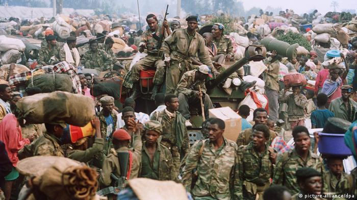 Zusammen mit tausenden von Flüchtlingen erreichen am 17.7.1994 auch Militärs des gestürzten Regimes die Grenzstadt Goma in Zaire.