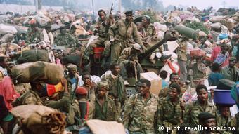 Bildergalerie Genozid in Ruanda Flüchtlinge Hutu-Extremisten (picture-alliance/dpa)