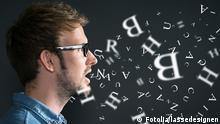 Deutschland Mann mit Brille Sprachen Buchstaben