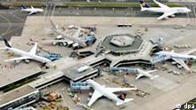 Frankfurter Flughafen, Luftaufnahme Zahlreiche Passagiermaschinen unterschiedlicher Airlines werden zeitgleich auf dem Flughafen von Frankfurt am Main abgefertigt (Luftaufnahme, Archivfoto vom 11.05.2005). Der Bund verkauft seine Anteile am Frankfurter Flughafen und kann damit das Haushaltsloch ein wenig verkleinern. Die Beteiligung von 18,2 Prozent an der Fraport AG soll in zwei Schritten veräußert werden, teilte die vom Bund beauftragte Investmentbank Rothschild am Mittwoch (26.10.2005) in Frankfurt mit. Der Verkauf war bereits seit längerem erwartet worden. Foto: Boris Roessler dpa/lhe (zu dpa 0095) +++(c) dpa - Bildfunk+++
