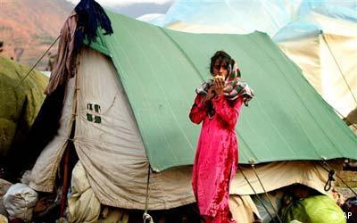 Freies Bildformat, Erdbeben Pakistan, ein Mädchen ist Brot