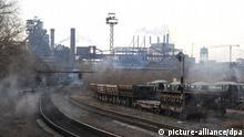 Von Rauch vernebelte Schienen führen auf das Stahlwerk in Donezk in der Ukraine, aufgenommen am 13.12.2011. Foto: Jens Kalaene dpa