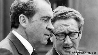 Schwarz-weiß Foto von Richard Nixon und Henry Kissinger 1973.