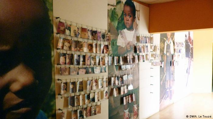 Numerous pictures of children at an exhibition space called The room of the children in the Gizosi Genocide Memorial Center. Copyright: Anne Le Touzé, DW