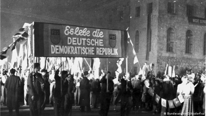 Fackelzug zur Gründung der DDR 1949 (Bundesarchiv/Zühlsdorf-sa)