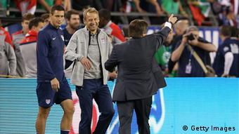 US-Fußball-Nationaltrainer Jürgen Klinsmann und Mexikos Nationaltrainer Miguel Herrera begrüßen sich am Spieöfeldrand (Foto: Christian Petersen/Getty Images)