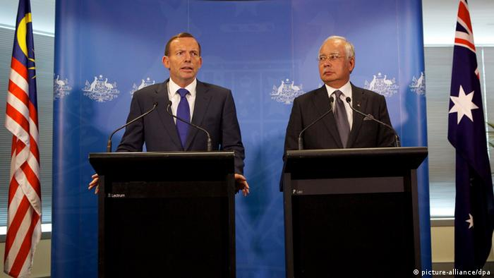 Australian Prime Minister Tony Abbott (L) and Malaysian Prime Minister Najib Razak (R) speak to members of the media after a bilateral meeting at the Commonwealth Parliament Offices in Perth, Western Australia, Australia. File photo from April 3, 2014. (picture-alliance/dpa)